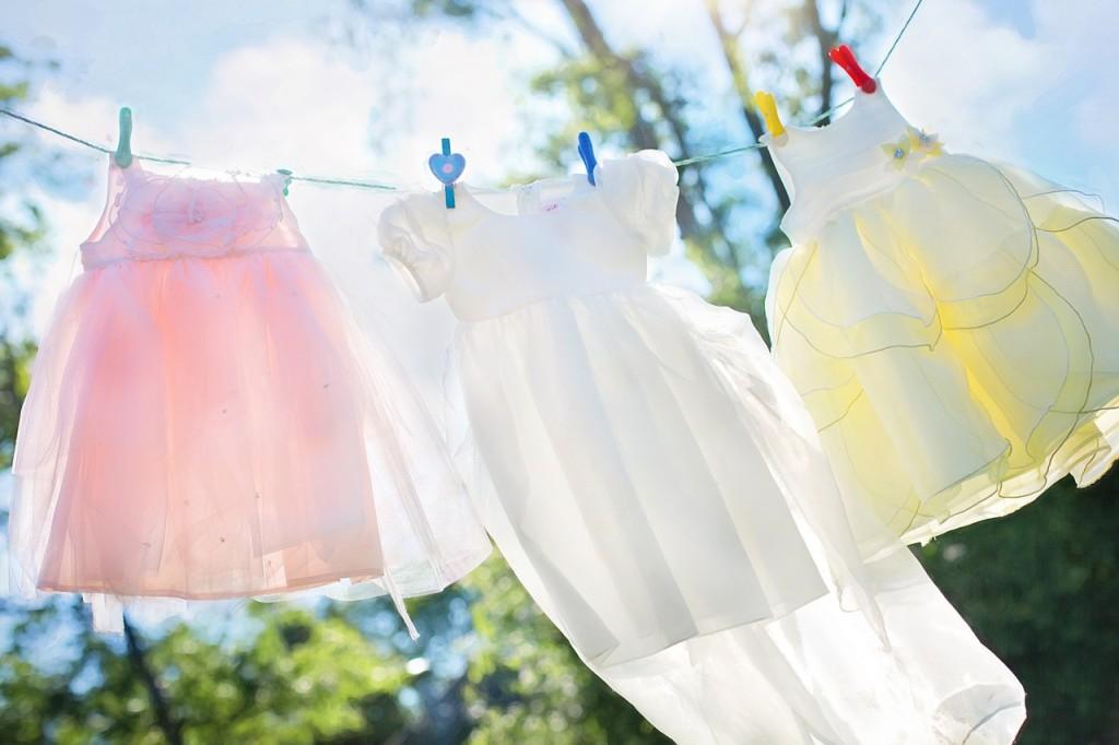 Wäscheleine mit Wäsche in der Sonne